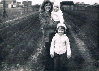 Danuta Olszanowska z dziećmi - wiosna 1981 rok.jpeg
