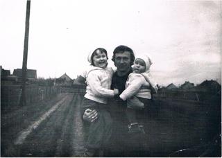 Stanisław Olszanowski z dziećmi - wiosna 1981 rok.jpeg